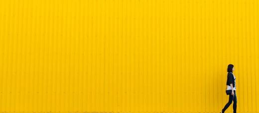 žena před žlutou plochou